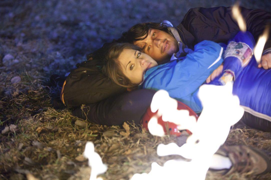 Die romantische Stimmung im Wald wird von Ben (Christopher Kohn, r.) jäh unterbrochen, als er Bea (Vanessa Jung, l.) ein Geständnis macht ... - Bildquelle: SAT.1