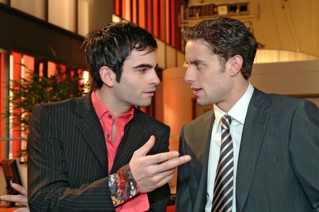 David (Mathis Künzler, l.) und Max (Alexander Sternberg, r.) unterhalten sich ungestört über Geschäftspläne ... - Bildquelle: Sat.1