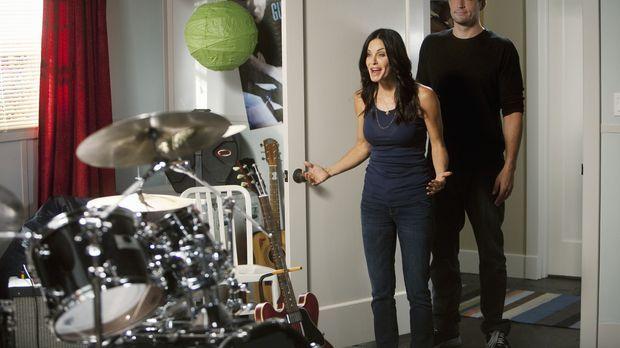 Grayson (Josh Hopkins, r.) hat eine besondere Überraschung für Jules (Courten...
