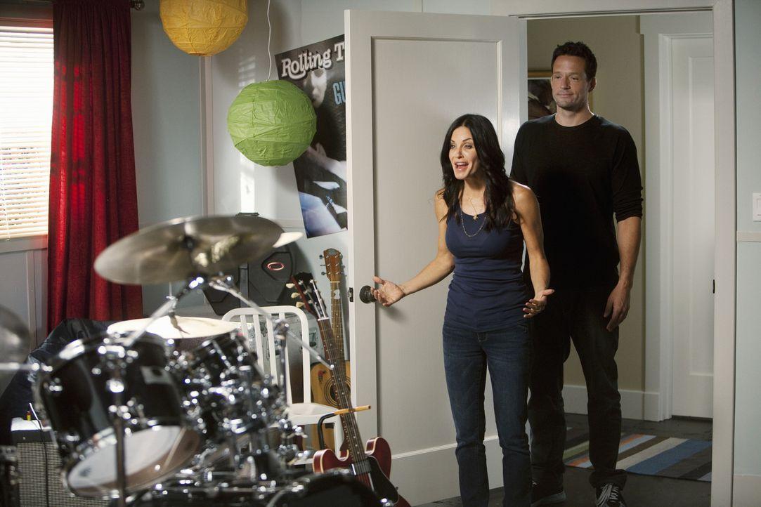 Grayson (Josh Hopkins, r.) hat eine besondere Überraschung für Jules (Courteney Cox, l.) ... - Bildquelle: 2010 ABC INC.