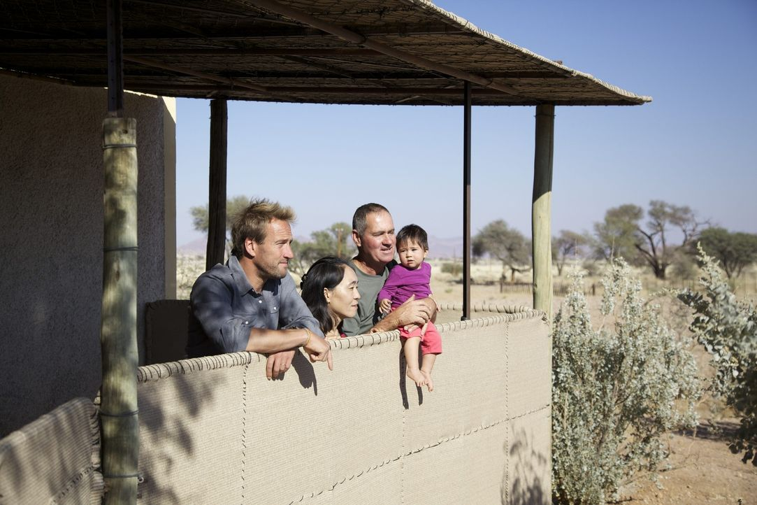 Stolz präsentieren Boesman (r.) und Yuri (r.) ihrem Besucher Ben Fogle (l.) ihr Zuhause ... - Bildquelle: Renegade Pictures