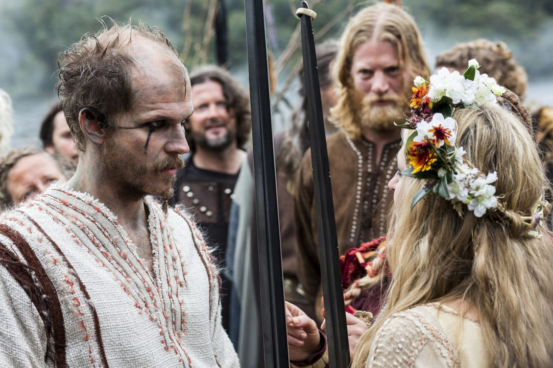 Ohne Ragnar feiern sie ihre Wikingerhochzeit: Floki (Gustaf Skarsgard, vorne l.) und Helga (Maude Hirst, vorne r.). Doch was wird Ragnar dazu sagen? - Bildquelle: 2014 TM TELEVISION PRODUCTIONS LIMITED/T5 VIKINGS PRODUCTIONS INC. ALL RIGHTS RESERVED.