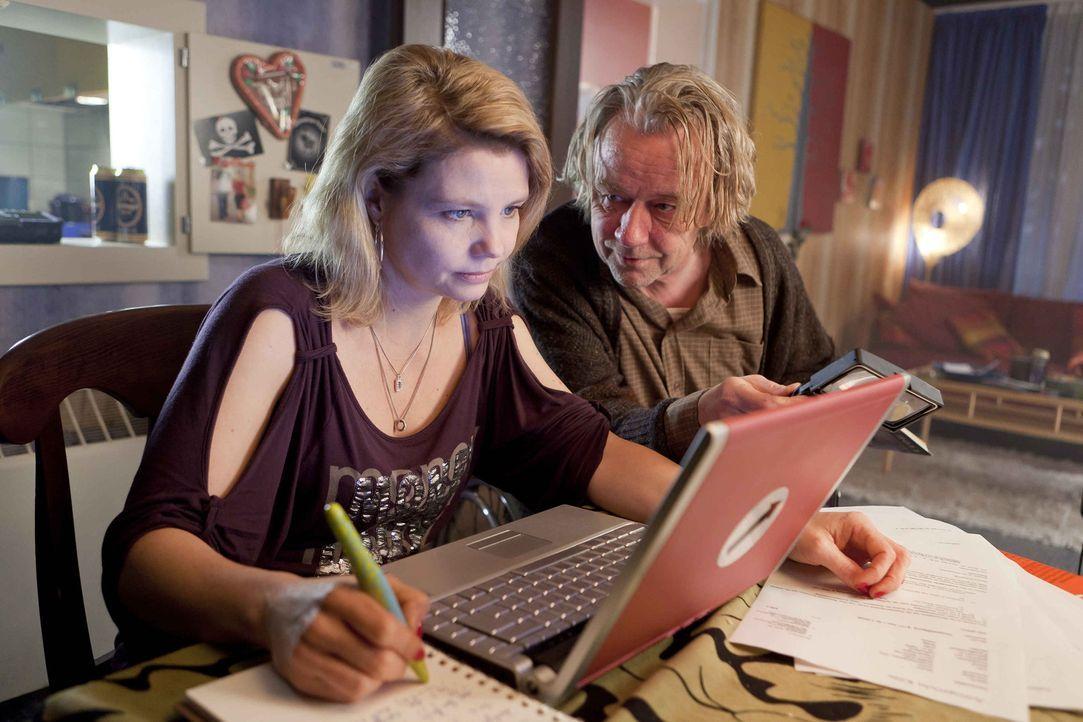 Während Danni (Annette Frier, l.) an einem neuen Fall arbeitet, träumt Kurt (Axel Siefer, r.) von einem neuen Fernsehsessel ... - Bildquelle: Frank Dicks SAT.1