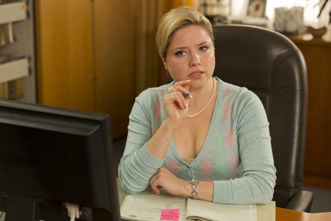 Mit allen Mitteln will Vorzimmerdame Biggi (Caroline Frier) verhindern, dass Danni dem Staatsanwalt zu nahe kommt ... - Bildquelle: Frank Dicks SAT.1