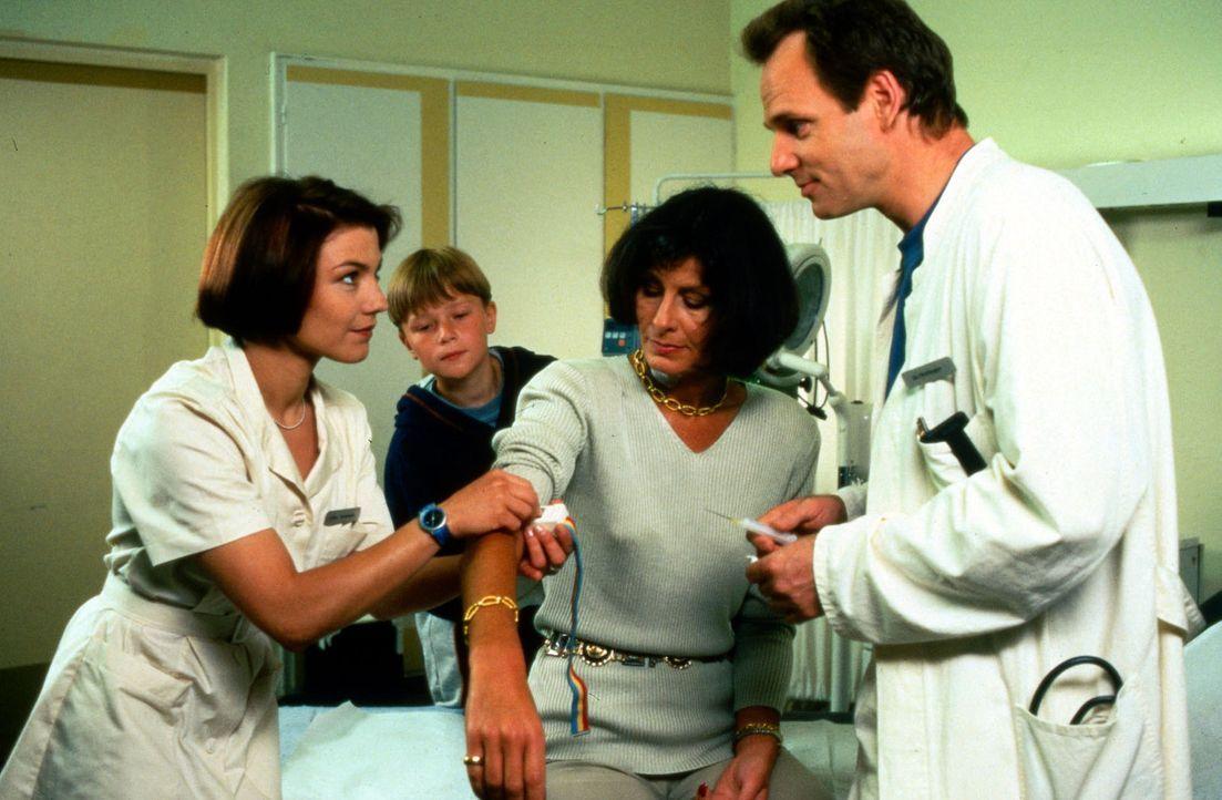 Nachdem Dr. Nerlinger (Herbert Trattnigg, r.) Doris Kachler (Viola Sauer, 2.v.r.) eine Anti-Tollwut-Spritze verpasst hat, kümmert sich Schwester St... - Bildquelle: Noreen Flynn Sat.1