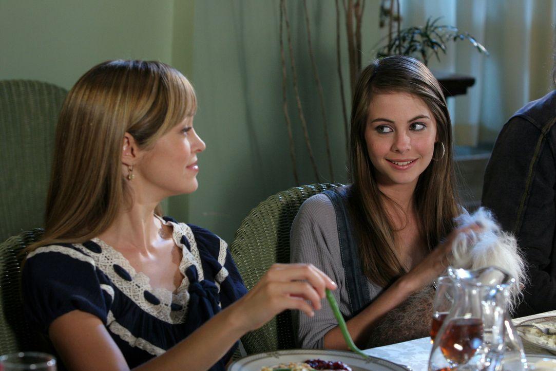 Verbringen gemeinsam Thanksgiving bei den Cohens: Taylor (Autumn Reeser, l.) und Kaitlin (Willa Holland, r.) ... - Bildquelle: Warner Bros. Television