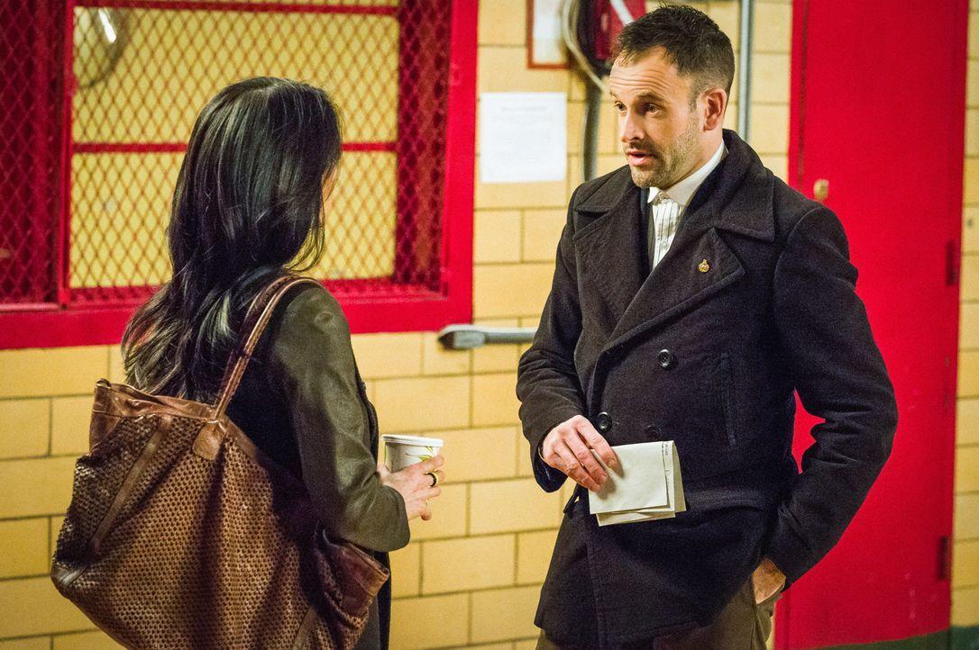 Holmes (Jonny Lee Miller, r.) und Watson (Lucy Liu, l.) kümmern sich um einen lange zurückliegenden Fall, in dem ein Mann verdächtigt wurde, seine F... - Bildquelle: CBS Television