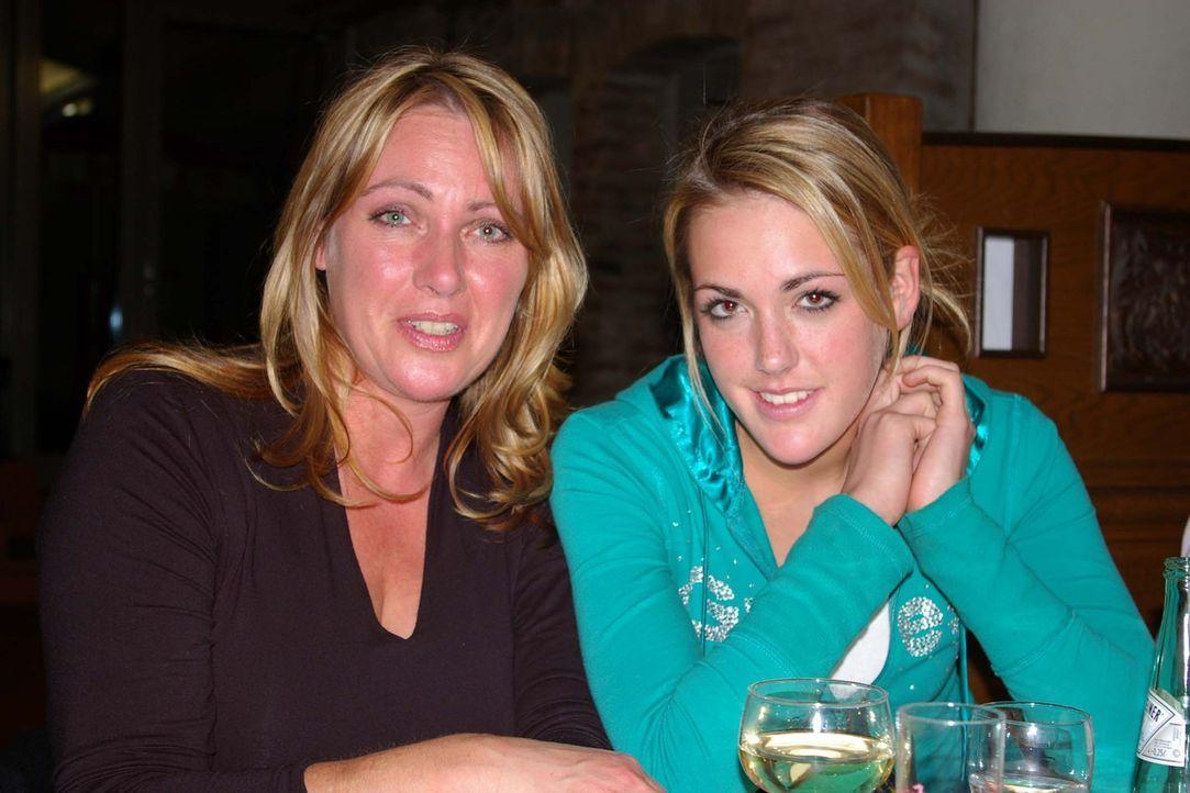 Nehmen an einem Mutter-Tochter Schönheitswettbewerb teil: Sabine (.) und Laura (r.) ... - Bildquelle: ProSieben