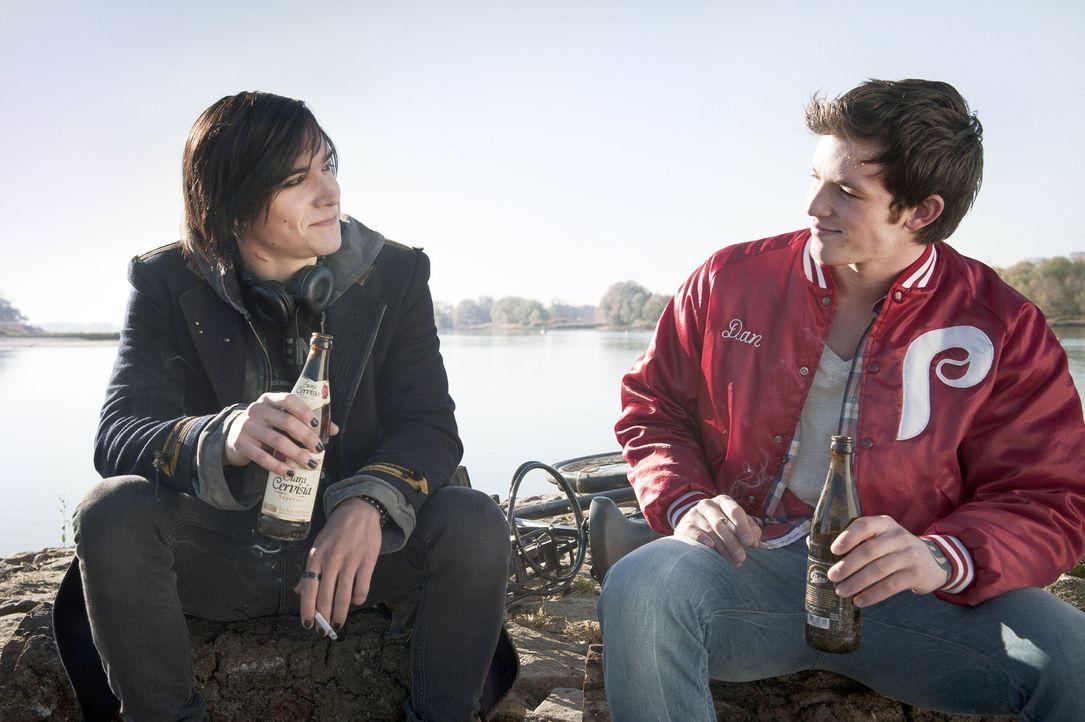 Auch, wenn ihre Interessen weit auseinandergehen, sind Tom (François Goeske, l.) und Mike (Jannis Niewöhner, r.) seit Jahren beste Freunde. Für Tom... - Bildquelle: NFP