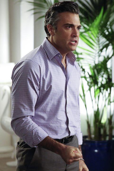Während Jane glaubt, eine Entscheidung hinsichtlich ihres Liebeslebens zu treffen, hat Rogelio (Jaime Camil) ganz andere Sorgen ... - Bildquelle: Greg Gayne 2015 The CW Network, LLC. All rights reserved.