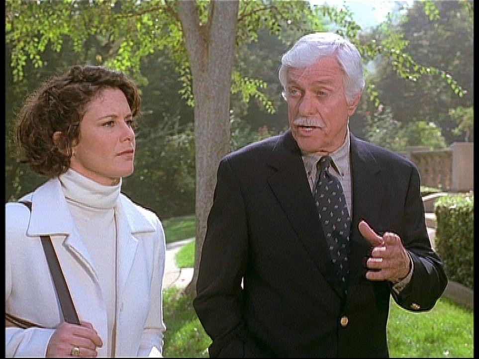 Mark (Dick Van Dyke, r.) diskutiert mit Vanessa (Stephanie Zimbalist, l.) über die Chance, den Juwelendieb auf frischer Tat zu fassen. - Bildquelle: Viacom