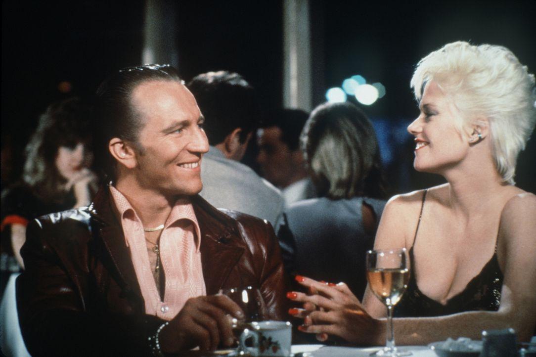 Jake (Craig Wasson, l.) gibt sich als Produzent aus, um Holly (Melandie Griffith, r.) kennen zu lernen, die die Schlüsselrolle in einem Mord-Komplot... - Bildquelle: Columbia Pictures