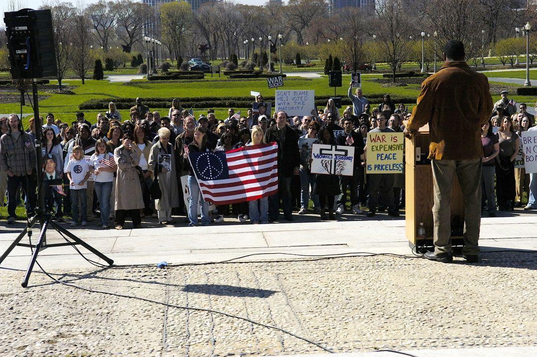 Demonstrieren gegen den Krieg ... - Bildquelle: Warner Bros. Television