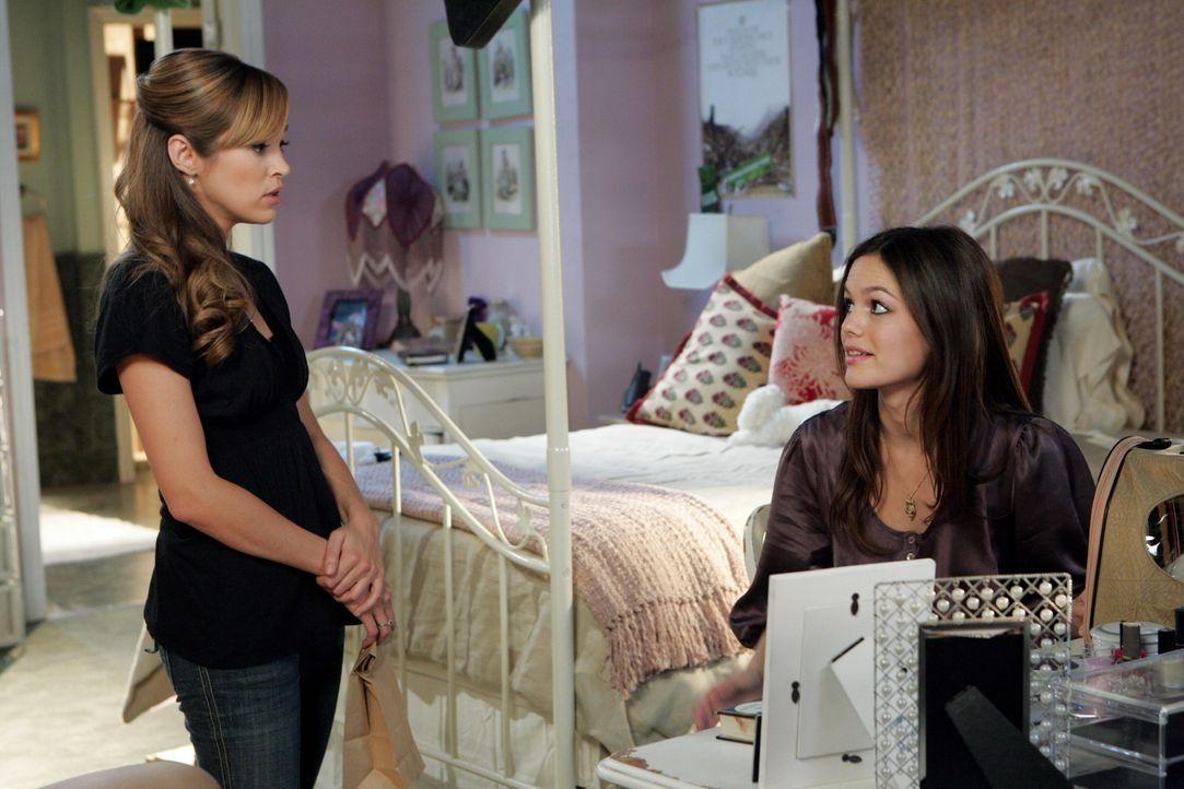 Taylor (Autumn Reeser, l.) befürchtet, dass Summer (Rachel Bilson, r.) von Seth schwanger ist ... - Bildquelle: Warner Bros. Television