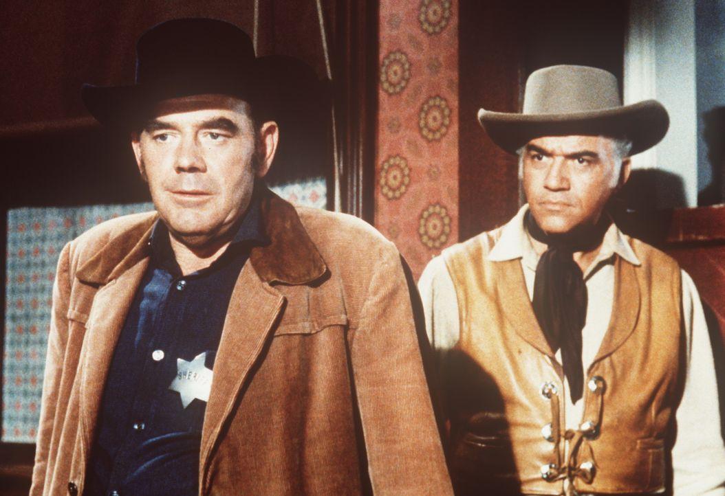 Ben Cartwright (Lorne Greene, r.) versucht, den Sheriff (James Westerfield, l.) zu beschwichtigen, dessen aufsässiger Sohn zu den Viehtreibern gehör... - Bildquelle: Paramount Pictures