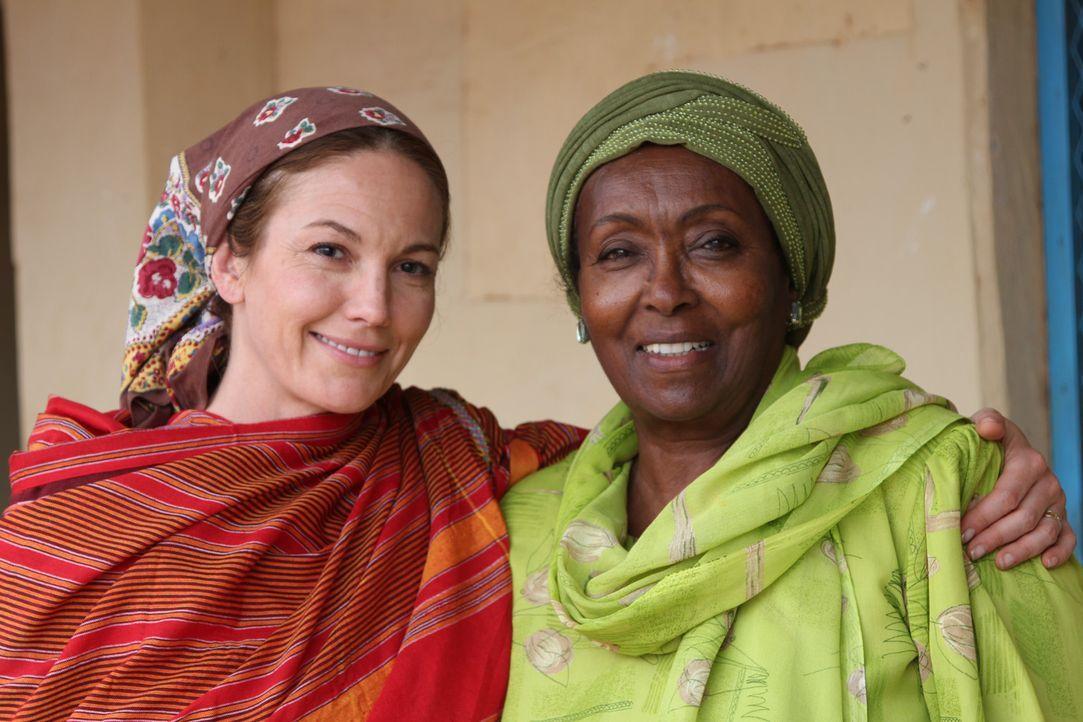 Diane Lane (l.) ist fasziniert von der Somalierin Edna Adan (r.), die sich in ihrer Heimat gegen Genitalverstümmelung einsetzt. - Bildquelle: Fremantle