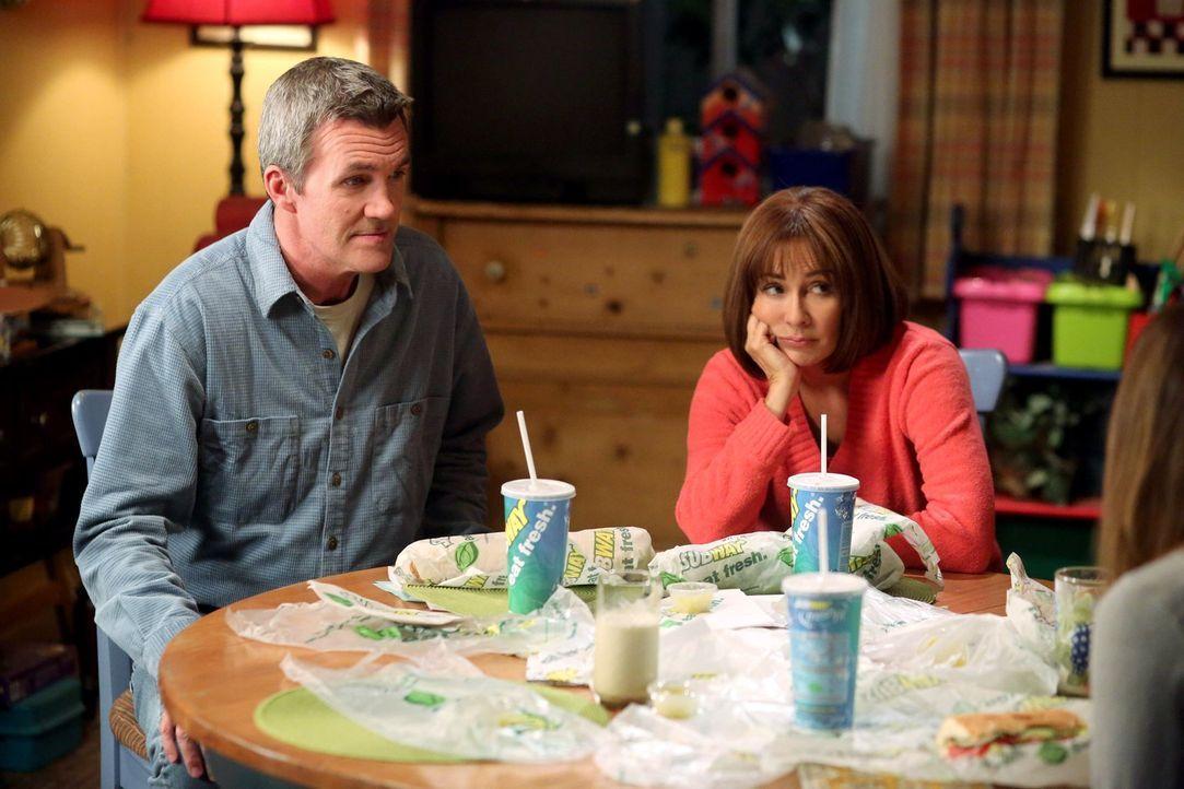 Mikes (Neil Flynn, l.) und Frankies (Patricia Heaton, r.) Hochzeitstag steht kurz bevor, doch nach Feiern ist den beiden nicht zumute, denn Frankie... - Bildquelle: Warner Brothers