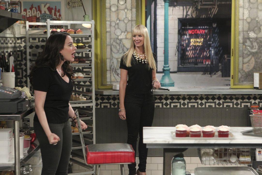 Plötzlich bleibt die Kundschaft von Max (Kat Dennings, l.) und Caroline (Beth Behrs, r.) aus. Ein neues Produkt muss her, um dem Cronuts-Trend entge... - Bildquelle: Warner Brothers