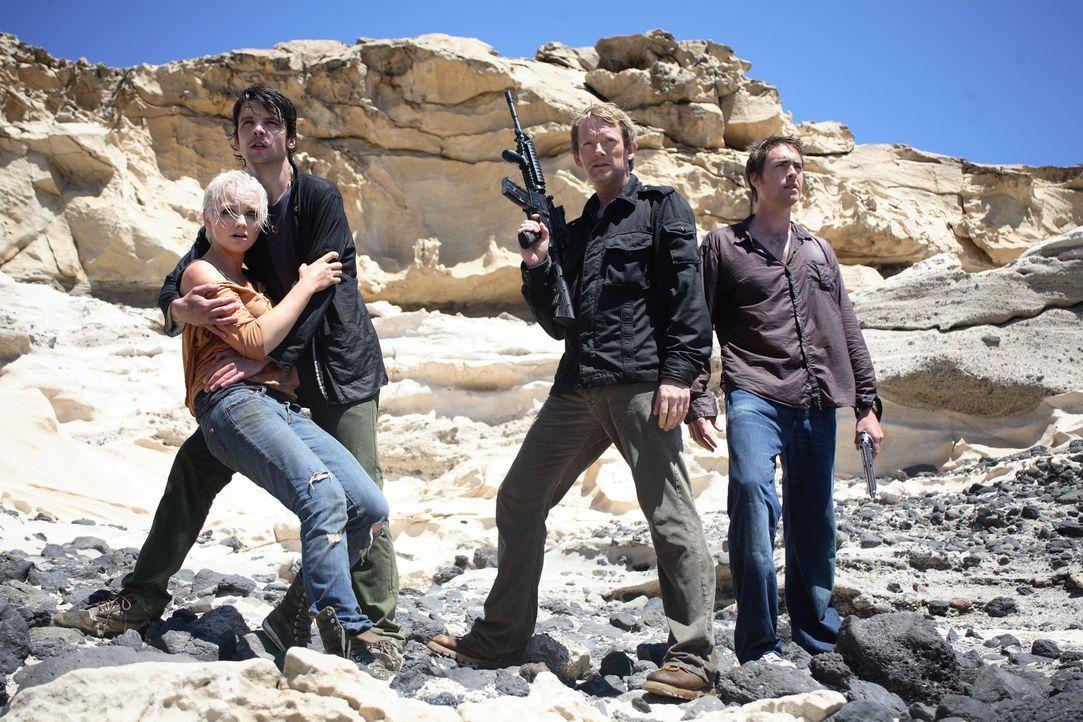 Nehmen den Kampf gegen die Urzeitmonster auf: Connor (Andrew Lee Potts, 2.v.l.), Abby (Hannah Spearritt, l.), Cutter (Douglas Henshall, 2.v.r.) und... - Bildquelle: ITV Plc