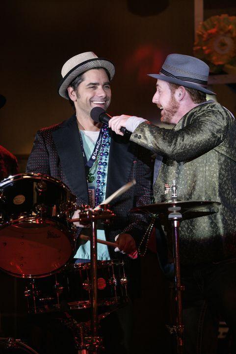 Archie (Scott Grimes, r.) ist voll in seinem Element. Auf der Bühne lässt er den Showstar in sich raus. Tony (John Stamos, l.) ist begeistert von... - Bildquelle: Warner Bros. Television