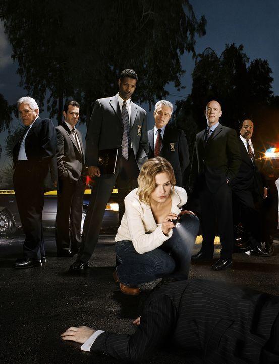 (1. Staffel) - Deputy Chief Brenda Leigh Johnson (Kyra Sedgwick, vorne) kämpft sich durch die raue Männerwelt (v.l.n.r.: G.W. Bailey, Jon Tenney, Co... - Bildquelle: Warner Brothers