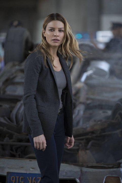 Als L.A.P.D. Detective Chloe Decker (Lauren German) zu einem Tatort gerufen wird macht sie eine verhängnisvolle Bekanntschaft. - Bildquelle: 2016 Warner Brothers