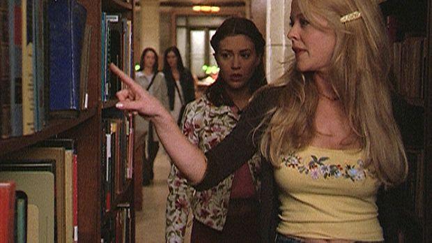 Charleen (Rebecca Cross, r.) zeigt Phoebe (Alyssa Milano, 2.v.r.) die Stelle,...
