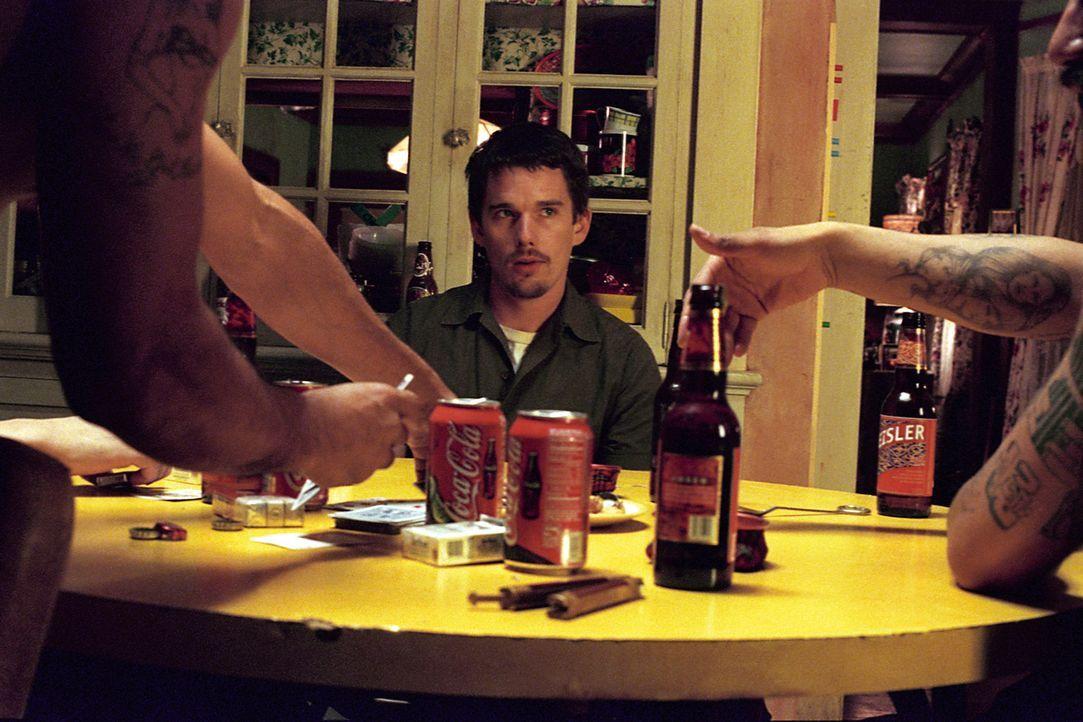 Jake Hoyts (Ethan Hawke) hat seinen ersten Tag als verdeckter Ermittler des Drogendezernats im Zentrum von Los Angeles. Bisher hat er in einem ruhig... - Bildquelle: Warner Bros. Pictures