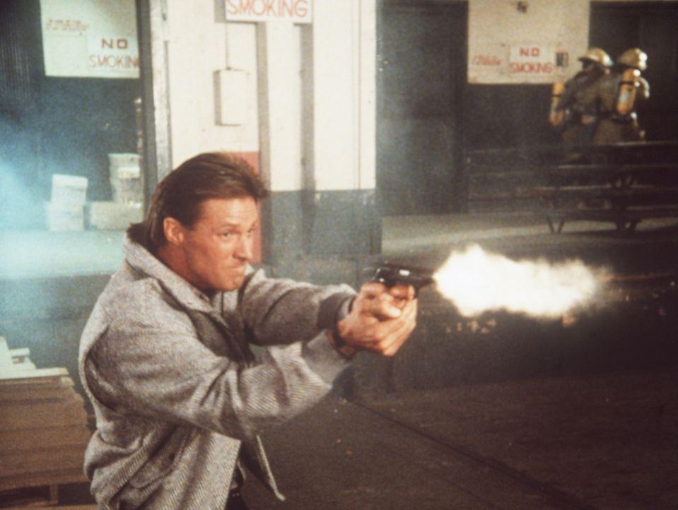 Lee (Bruce Boxleitner) versucht alles, um das Archiv des Geheimdienstes zu retten ...