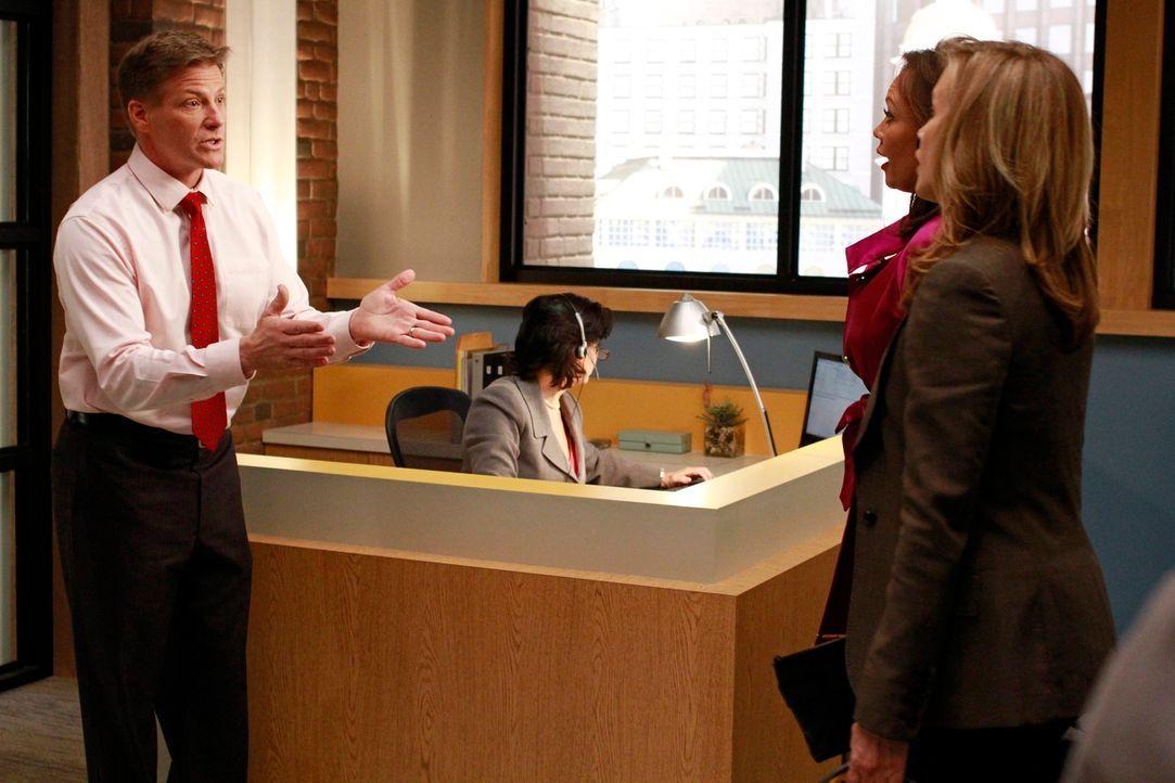 Während es zwischen Bree und Carlos zum Streit kommt, möchte Tom (Doug Savant, l.), dass Lynette (Felicity Huffman, r.) und Renee (Vanessa Williams,... - Bildquelle: ABC Studios