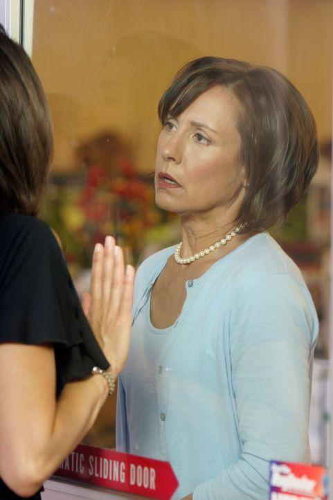 Susan (Teri Hatcher, l.) bittet Carolyn Bigsby (Laurie Metcalf, r.) die Geiseln freizulassen, doch Carolyn sieht keinen Grund dafür ... - Bildquelle: 2005 Touchstone Television  All Rights Reserved