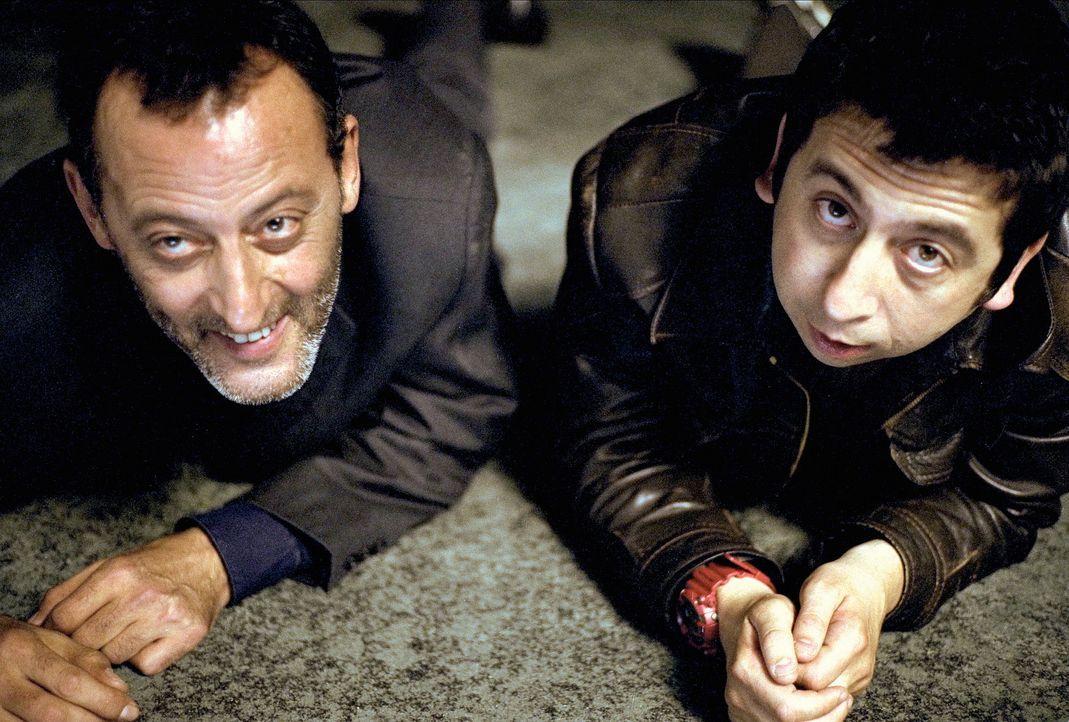 Auch die härtesten Gangsterjäger brauchen mal eine Pause: Hubert (Jean Reno, l.) und Momo (Michel Muller, r.) ... - Bildquelle: SONY PICTURES TELEVISION INTERNATIONAL