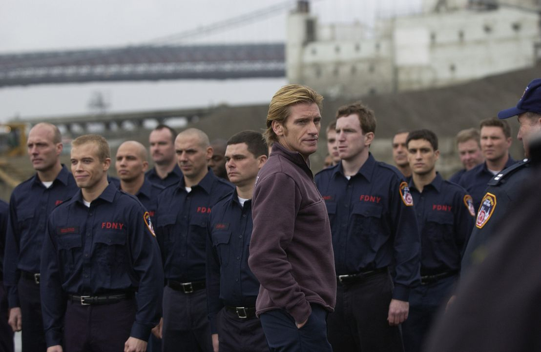 Obwohl den Feuerwehrmann Tommy Gavin (Denis Leary, vorne) nach wie vor die Erinnerungen an seinen verstorbenen Cousin Jimmy Keefes quälen, der wie... - Bildquelle: 2004 Sony Pictures Television Inc. All Rights Reserved.