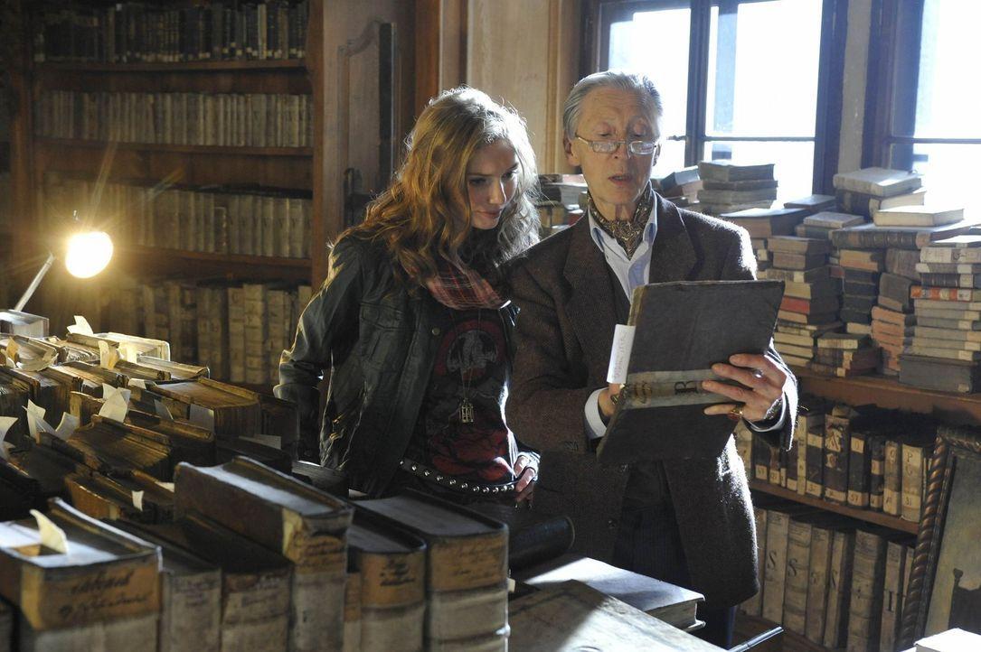 Mit der Hilfe des alten Bibliothekars (Murray Melvin, r.) führt Kirstens (Eleanor Tomlinson, l.) Suche nach ihren Wurzeln sie schließlich zu einem... - Bildquelle: Ibra Ibrahimovic ProSieben