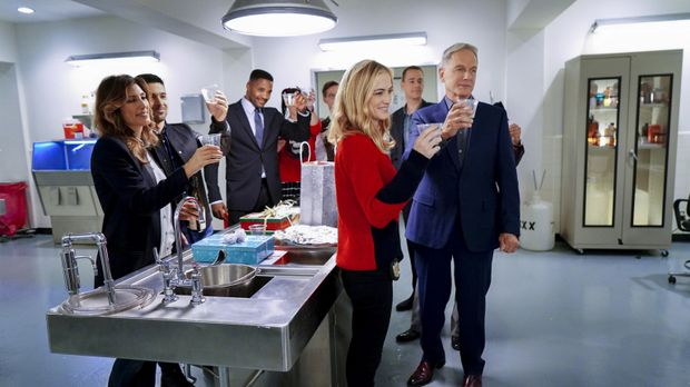 Das gesamte NCIS-Team feiert Weihnachten: (v.l.n.r.) Quinn (Jennifer Esposito...