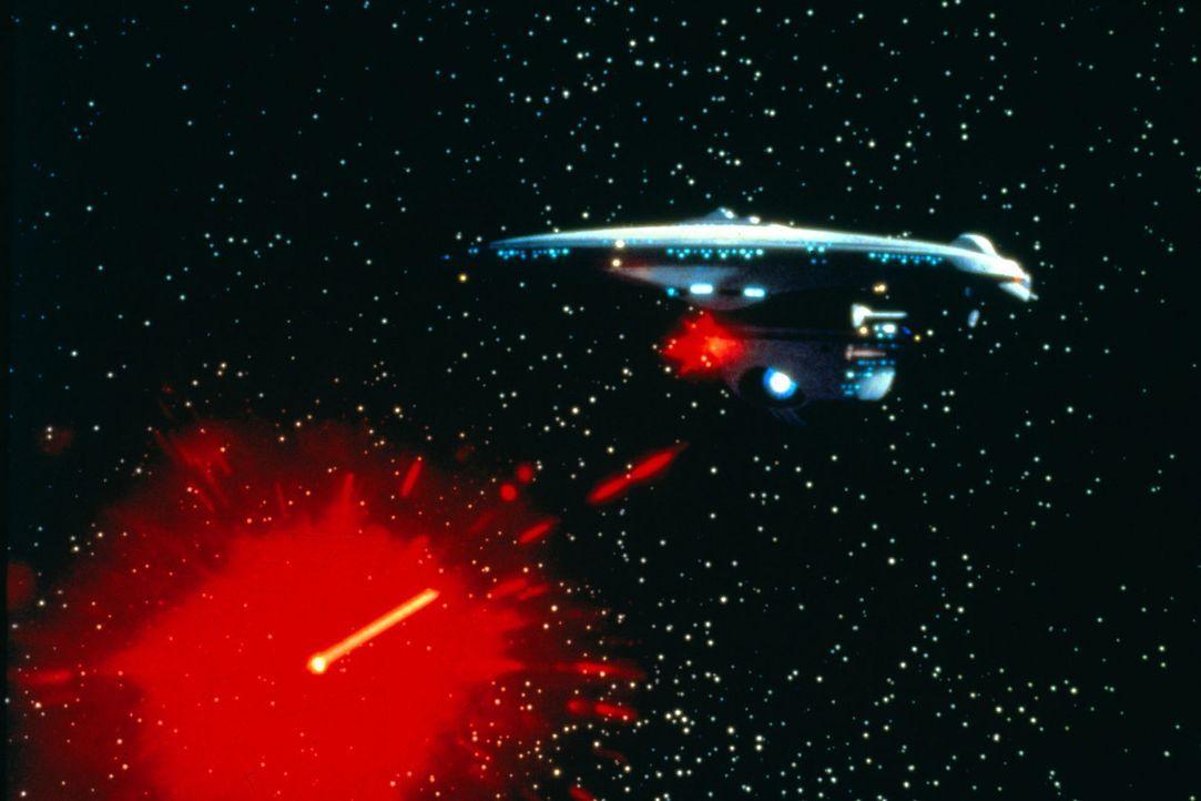 Das klingonische Raumschiff wird von der Enterprise beschossen ... - Bildquelle: Paramount Pictures