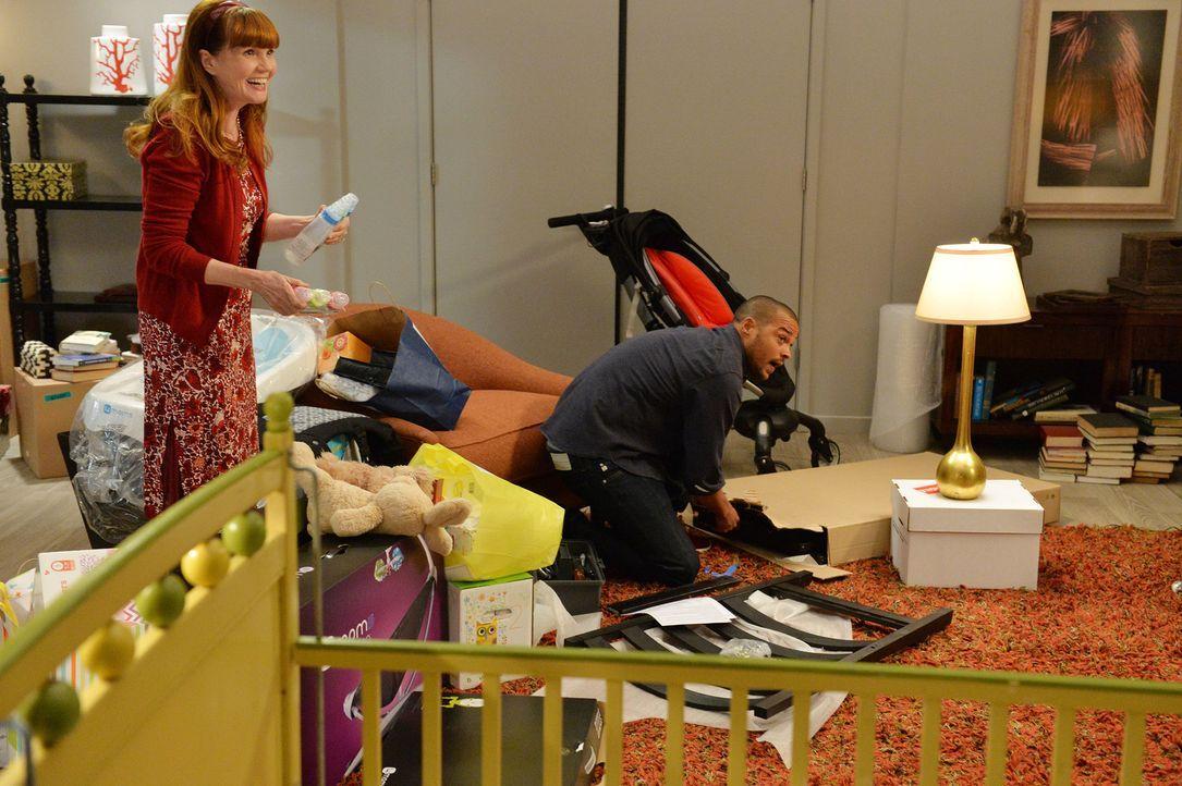 April ist gar nicht begeistert, dass ihre Mutter (Connie Ray, l.) mit Jackson (Jesse Williams, r.) das komplette Kinderzimmer ohne sie eingerichtet... - Bildquelle: ABC Studios