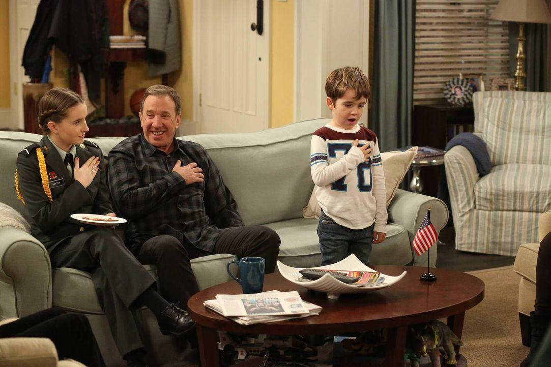 Mike (Tim Allen, M.) hat seinem Enkel Boyd (Flynn Morrison, r.) nun doch das Treue-Gelöbnis für die amerikanische Flagge beigebracht. Unterdessen ha... - Bildquelle: 2011 Twentieth Century Fox Film Corporation