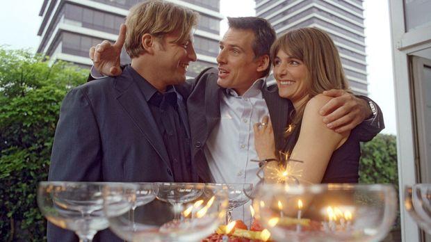 Ausgerechnet an seinem 35. Geburtstag erfährt Felix (René Steinke, M.) so ein...