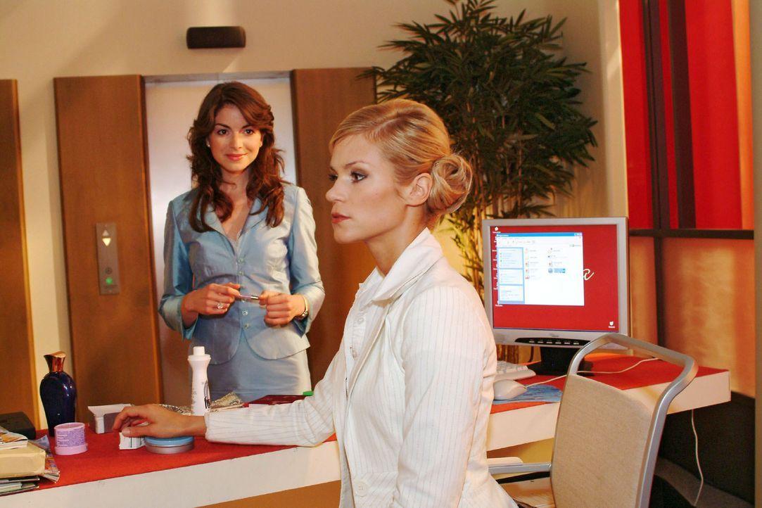 Sabrina (Nina-Friederike Gnädig, r.) plagt gegenüber Mariella (Bianca Hein, l.) ein schlechtes Gewissen - hat sie doch Richard berichtet, dass diese... - Bildquelle: Monika Schürle Sat.1