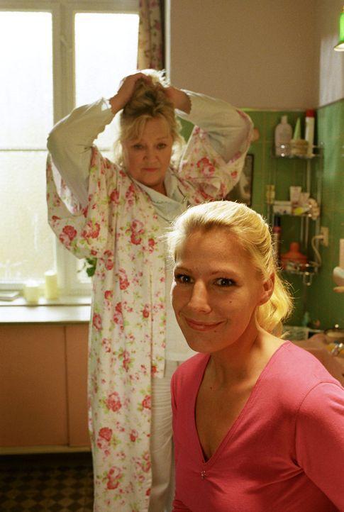 Gudrun (Doris Kunstmann, l.) merkt sofort, dass ihre Tochter Sophie (Sophie Schütt, r.) verliebt ist. Die Frage ist nur, in wen? - Bildquelle: Noreen Flynn Sat.1