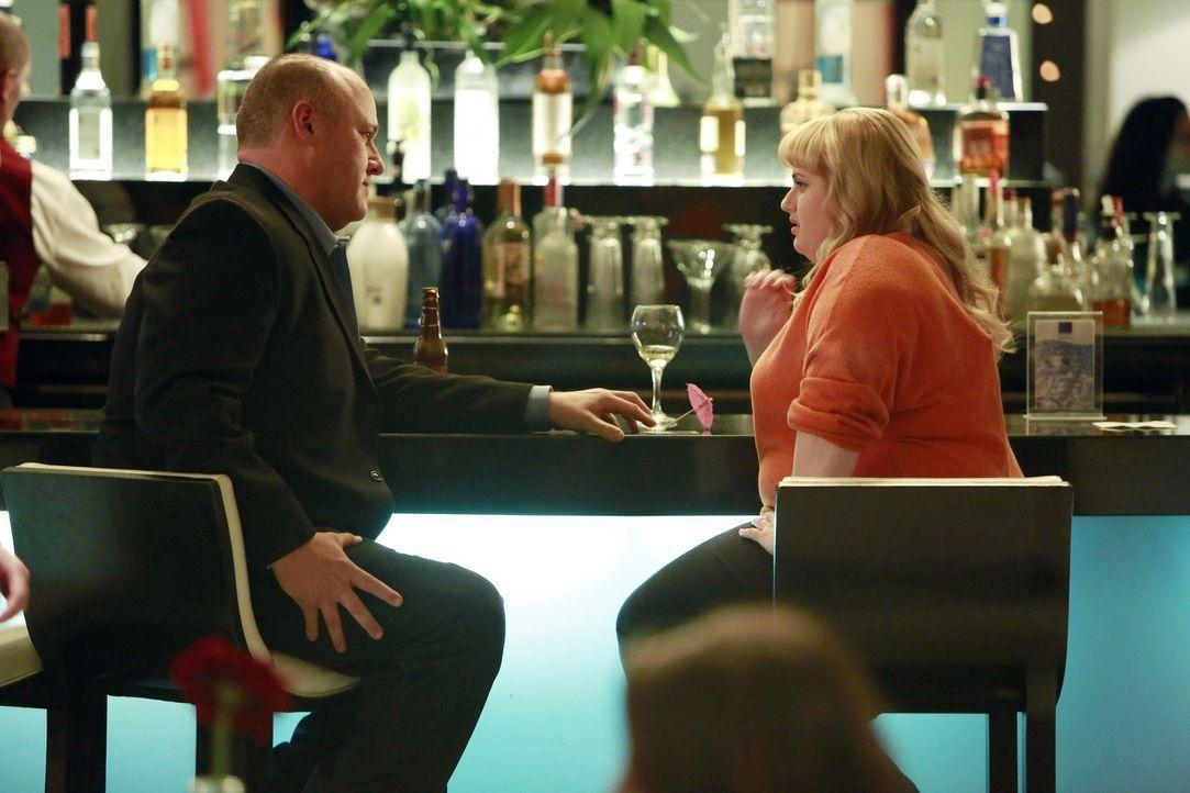Kimmie (Rebel Wilson, r.) will ihre neuen Liebeslöwinnen-Erkenntnisse an der Hotelbar gleich mal in die Tat umsetzen, doch Parker (Will Sasso, l.) w... - Bildquelle: Warner Brothers