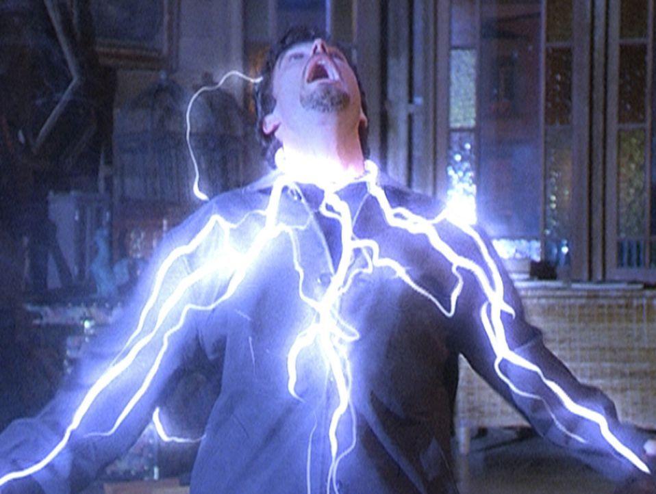 Troxa (Rick Hearst), der von der Triade geschickt wurde, um die Halliwell-Schwestern zu töten, ist in Prues Falle getappt. - Bildquelle: Paramount Pictures