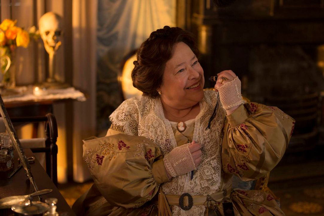 Jeder glaubte, dass Madame Delphine LaLaurie (Kathy Bates) tot sei - bis eine Junghexe etwas entdeckt ... - Bildquelle: 2013-2014 Fox and its related entities. All rights reserved.