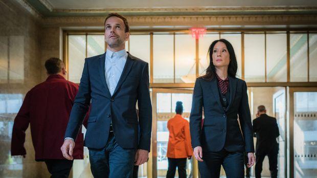 Holmes (Jonny Lee Miller, l.) und Watson (Lucy Liu, r.) untersuchen mysteriös...