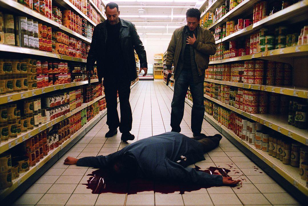 Erst spät gelingt es Kommissar Niemans (Jean Reno, l.) und Reda (Benoit Magimel, r.), das nächste Opfer ausfindig zu machen ... - Bildquelle: Tobis Film GmbH & Co. KG