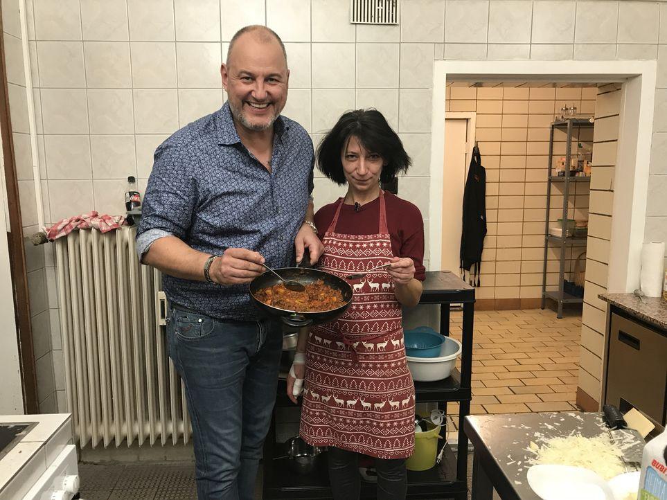 Heute verschlägt es Sternekoch Frank Rosin (l.) nach Moers im Ruhrgebiet. Hier betreibt Kindergärtnerin Mel (r.) ihre griechische Taverne mit ganz v... - Bildquelle: kabel eins