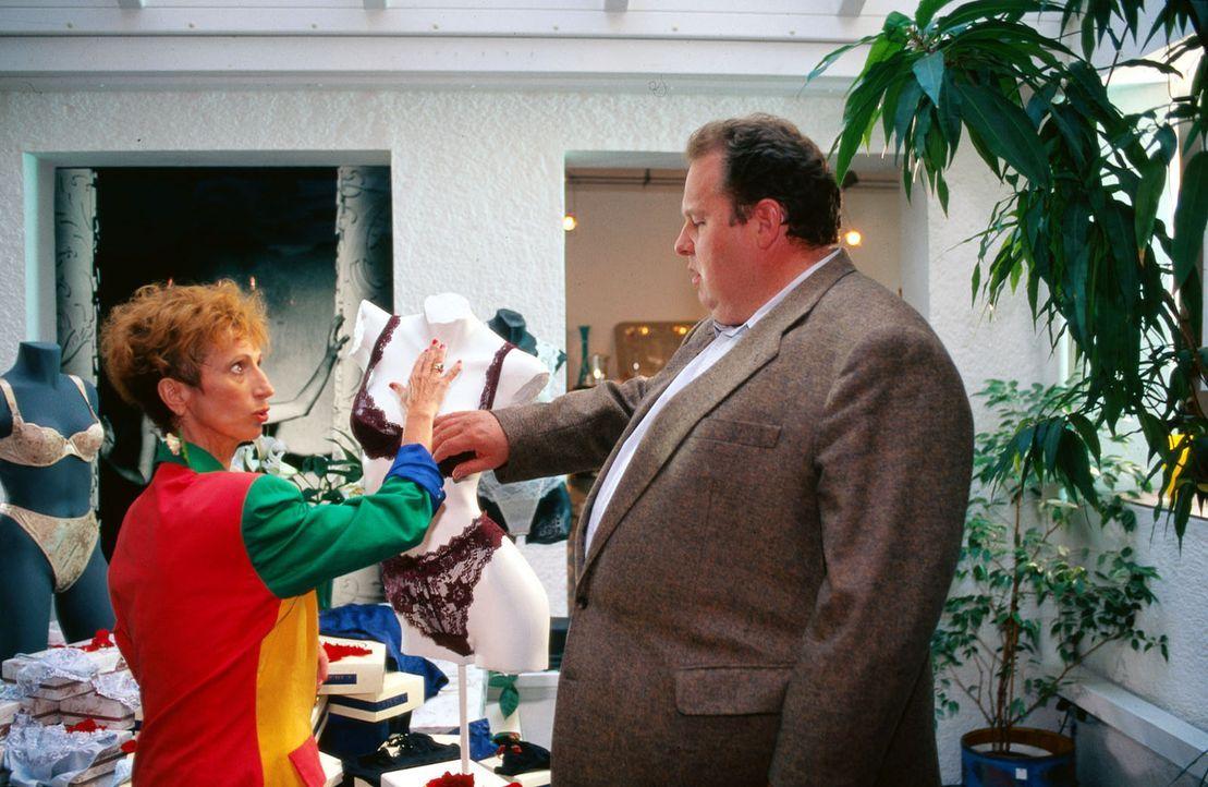 Benno Berghammer (Ottfried Fischer, r.) erkundigt sich bei der Verkäuferin (Margot Mahler, l.) über ihre Kundinnen. Wer kauft bei ihr die sündhaft t... - Bildquelle: Magdalena Mate Sat.1