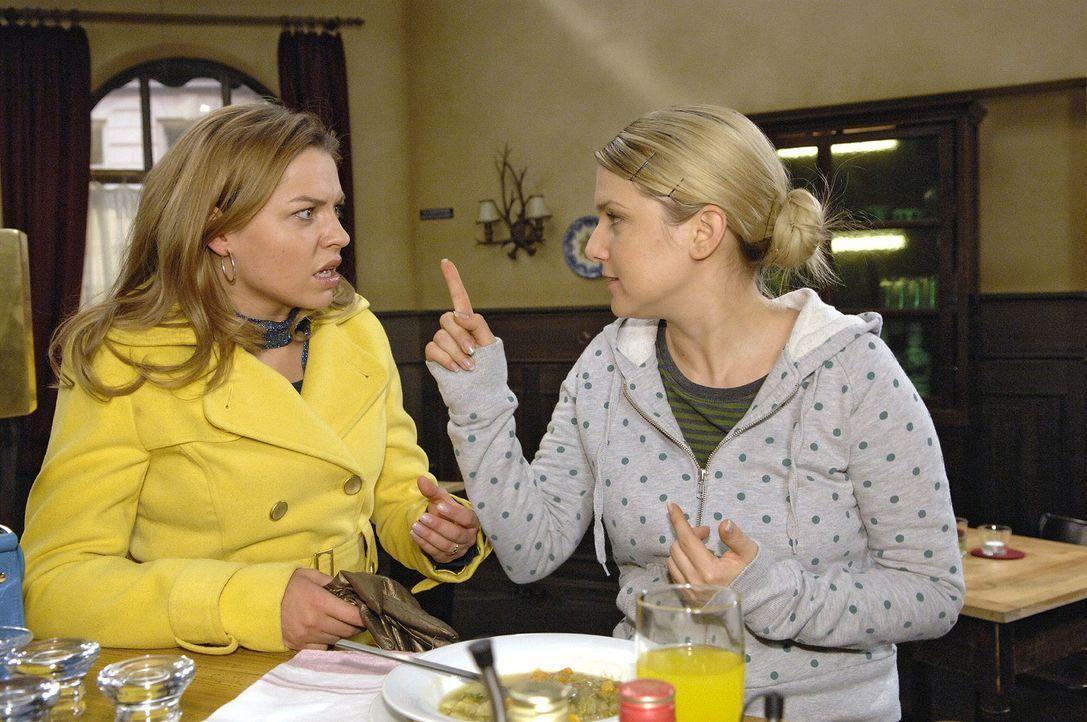 Anna (Jeanette Biedermann, r.) ist wütend, als sie erfährt, dass Katja (Karolina Lodyga, l.) sie bei Jonas angeschwärzt hat. - Bildquelle: Claudius Pflug Sat.1