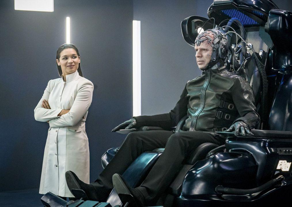 Während es Marlize (Kim Engelbrecht, l.) und Clifford (Neil Sandilands, r.) scheinbar gelingt Team Flash vorzutäuschen, lediglich das nette Pärchen... - Bildquelle: 2017 Warner Bros.